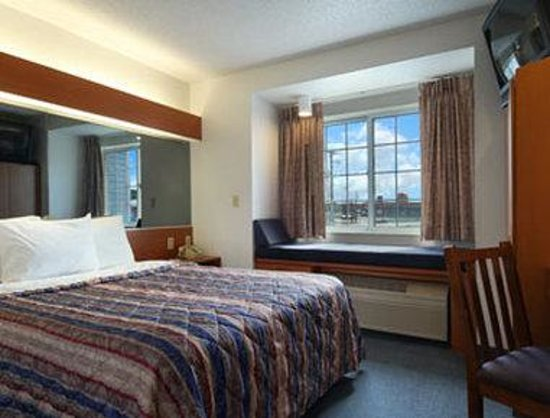 Microtel Inn & Suites by Wyndham Owatonna: Standard Queen Bed Room