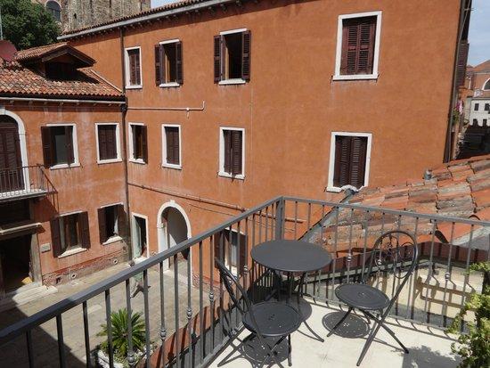 Hotel Paganelli : Vista desde la terracita, con mesita y sillas, al edificio de los carabinieri