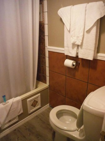 Catalina Boat House: More bathroom