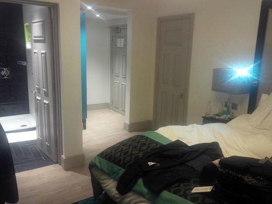 Hotel Indigo London Kensington: room with interconnecting door