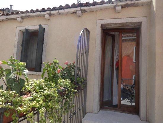 Hotel Paganelli : Desde la terracita,  a la puerta y ventana de la habitación