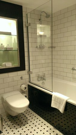 Andaz London Liverpool Street : Bright bathroom!
