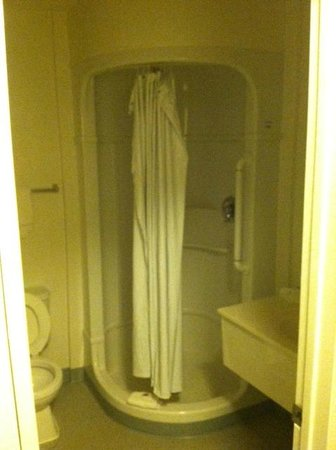 Motel 6 Bellingham : Odd space-capsule shower.