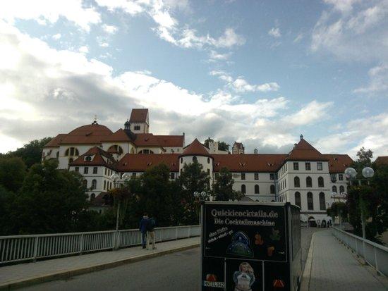 Altstadt von Fuessen: panoramica sul borgo medioevale di fussen dal ponte sul fiume Lech