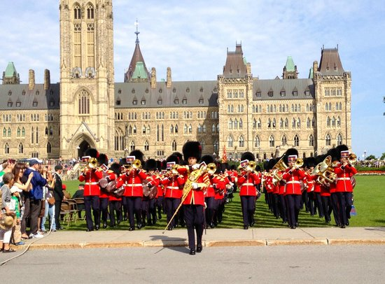 Colline du Parlement : Changing of the guards