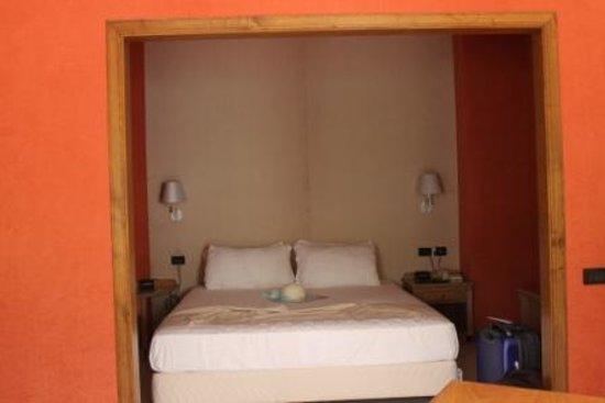 Culture Hotel Villa Capodimonte: Queen size bed off living area