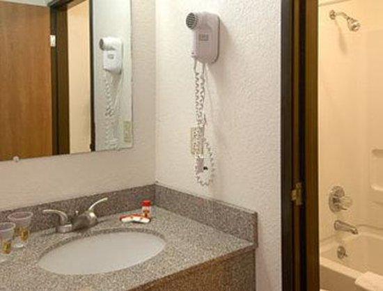 Super 8 Deming NM : Bathroom