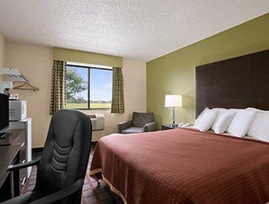 Super 8 Saginaw: Standard Queen Bed Room