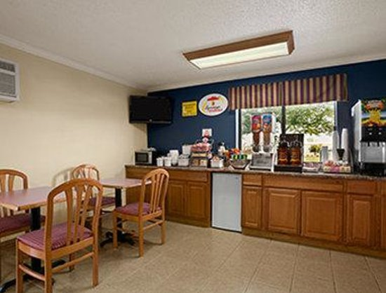 Super 8 Saginaw: Breakfast Area