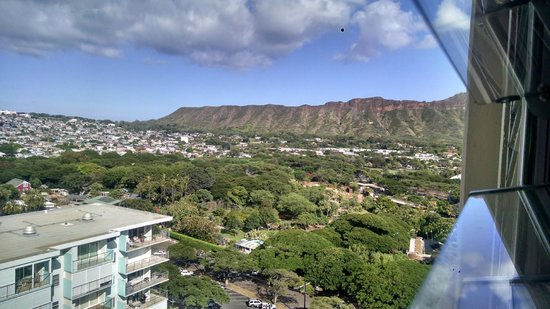 Queen Kapiolani Hotel : Partial view of Diamond Heard from our city - view room