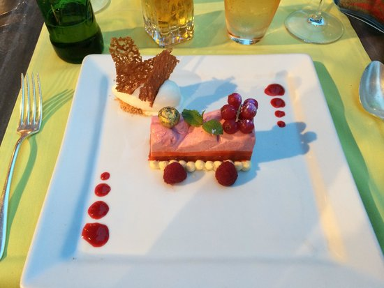 L'ane Rouge : Dessert: looking good but tasting less great.