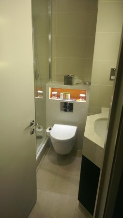 DoubleTree by Hilton London Ealing : Bathroom 509