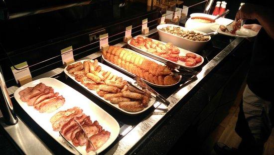 DoubleTree by Hilton London Ealing : Breakfast- hot food