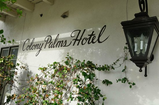 Colony Palms Hotel: Front of Hotel
