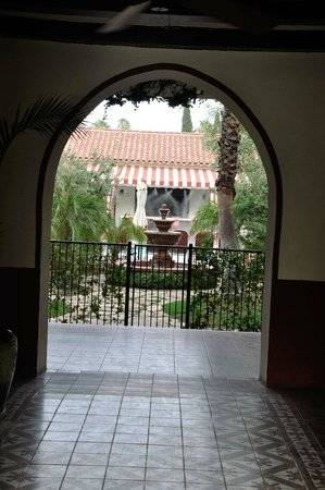 Colony Palms Hotel: Entryway