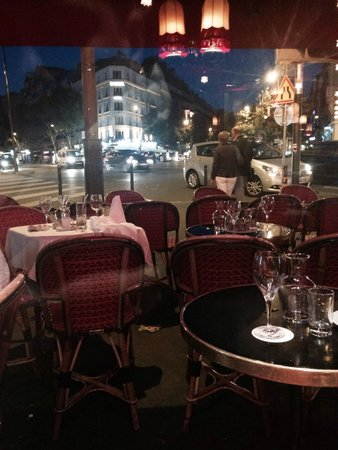 La Rotonde Montparnasse : View of the busy street from our amazing table
