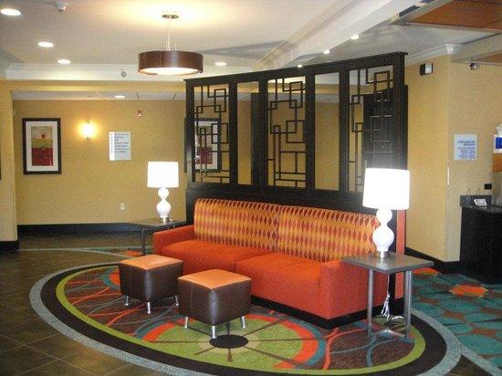 Holiday Inn Express North Kansas City: Hotel Lobby 2
