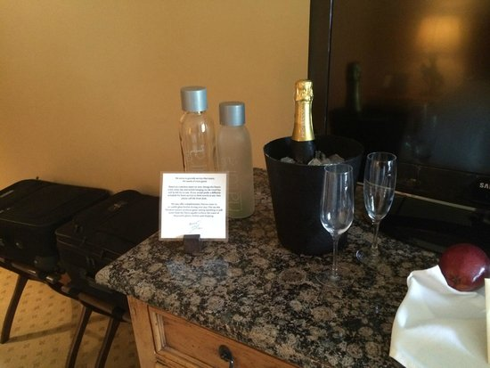 Rusty Parrot Lodge and Spa : Champagne & Fresh Spring Water
