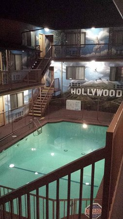 Hollywood Inn Express North : cortile interno