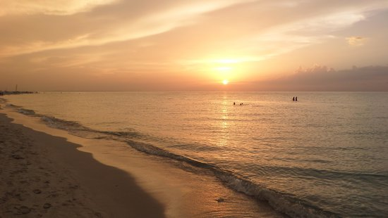 Sol Sirenas Coral Resort: sunset on the beach