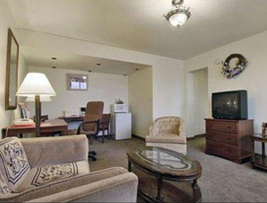 Ramada Giddings: Suite Living Room