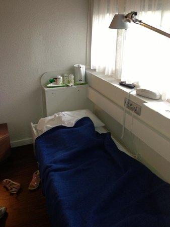Campanile Arles: Terzo letto camera matrimoniale ... Pessimo inutilizzabile. Sconsigliato!