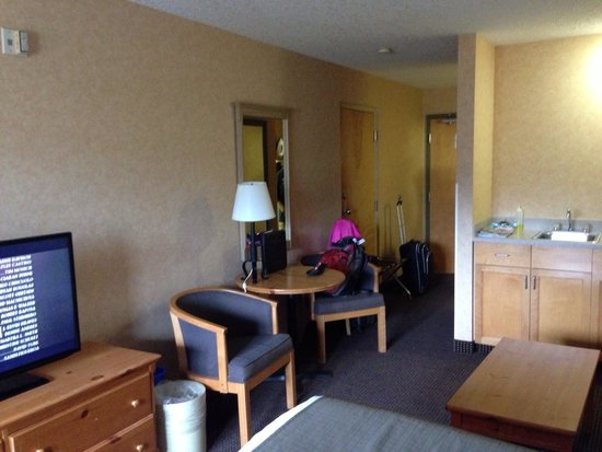 Ramada Canmore: Table and 2 chairs.