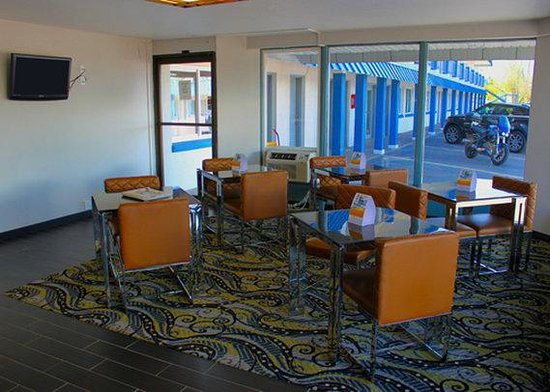 Motel 6: Breakfast Area