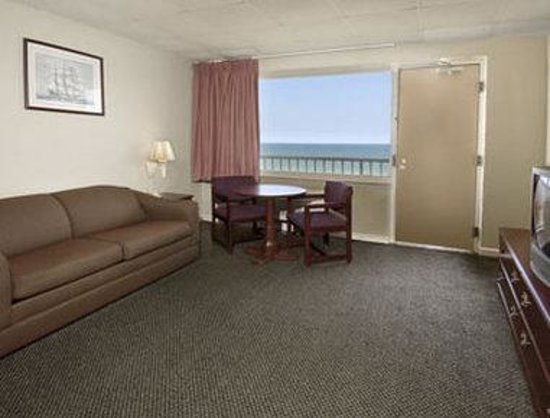 Travelodge Suites Virginia Beach Oceanfront : King Bed Room With Kitchen