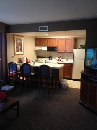 Cloverleaf Suites Columbus Dublin: looking from the doorway into the kitchen