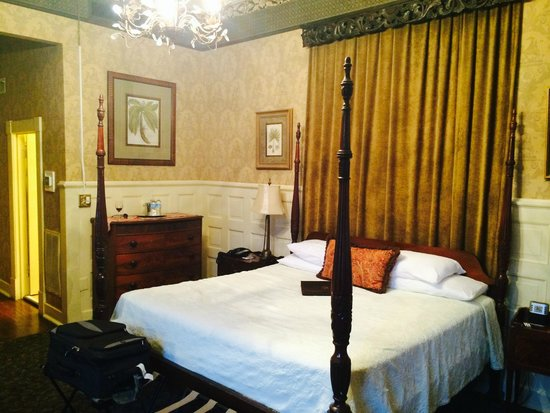 Foley House Inn: Beautiful Four Poster Bed