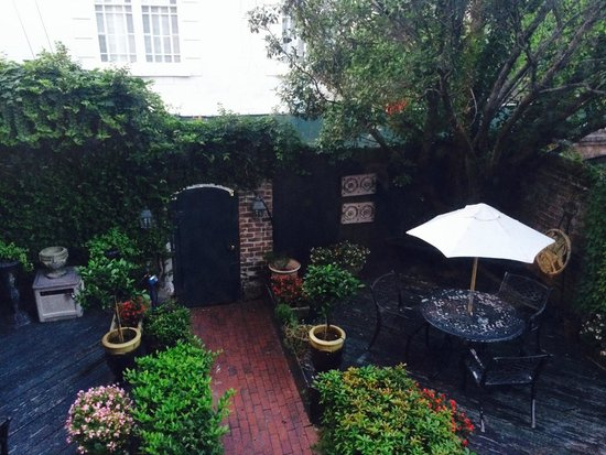 Foley House Inn: Adorable Courtyard