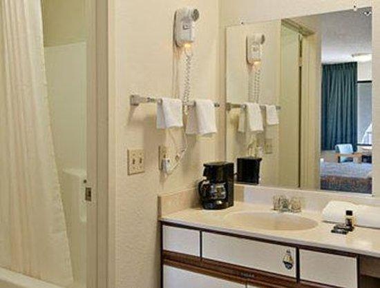 Travelodge Indio : Bathroom