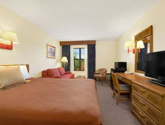 Travelodge Perry: 1 Queen Bed Room