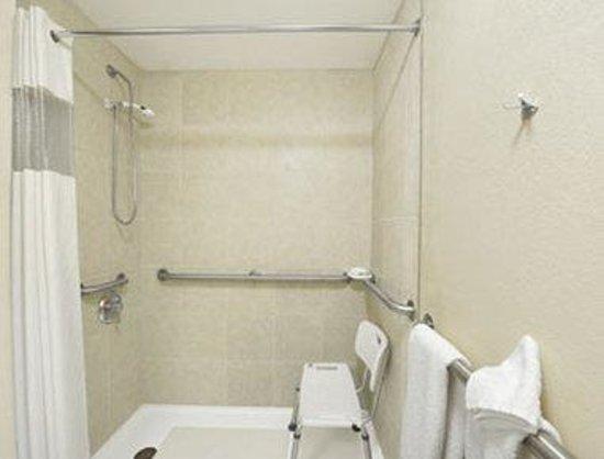 Travelodge Perry GA : ADA Accessible Bathroom