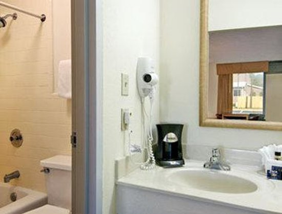 Travelodge Inn and Suites-Historic Area: Bathroom