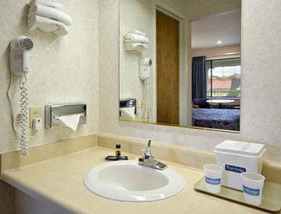 Travelodge San Rafael: Bathroom