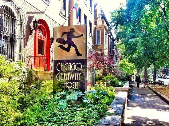 Chicago Getaway Hostel: Entrance...Great Neighborhood!