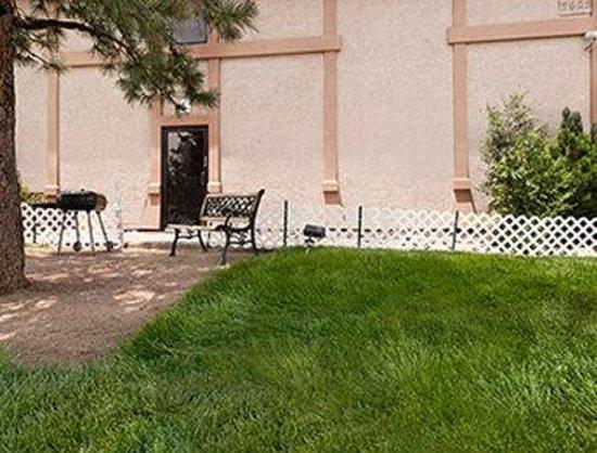 Travelodge Colorado Springs: Courtyard