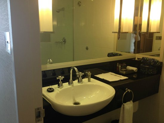 Sydney Harbour Marriott Hotel at Circular Quay: Well appointed bathroom
