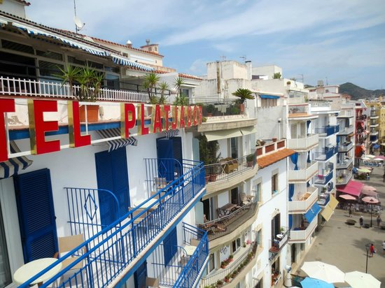 Hotel Platjador : Façade bleu-blanc-rouge