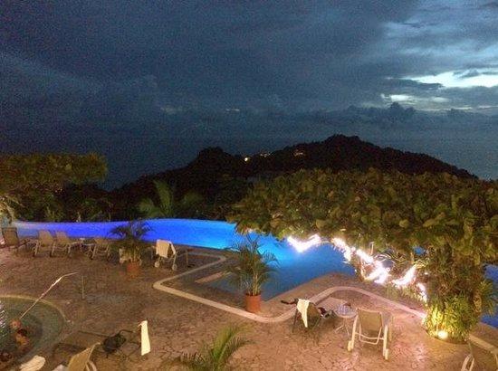 La Mariposa Hotel: Infinity pool after sunset