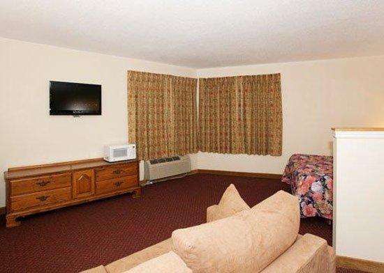 Econo Lodge Inn & Suites Stevens Point: WEconolodge Suite