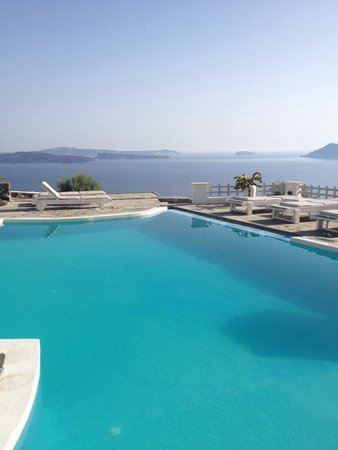 Hotel Atlantida Villas: Piscine avec la vue