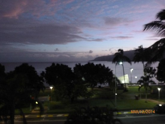 DoubleTree by Hilton Hotel Cairns: At night