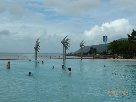 DoubleTree by Hilton Hotel Cairns : The public pool just across the street a few minutes walk