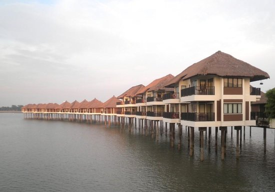 AVANI Sepang Goldcoast Resort: Over water bungalows