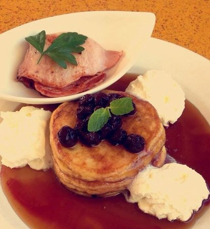 Village Cafe Restaurant & Bar: Delicious pancakes with side of bacon & maple syrup!