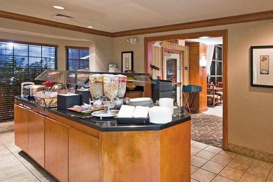Staybridge Suites Detroit-Utica : Breakfast Bar
