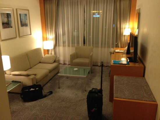 Metropark Hotel Causeway Bay Hong Kong: Living Area of Suite